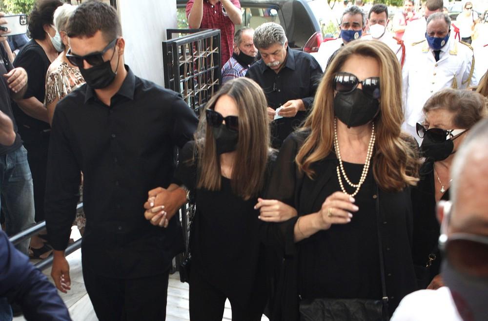 Άντζελα Γκερέκου – Μαρία Βοσκόπουλου: Υποβασταζόμενες στην κηδεία του συζύγου και πατέρα Τόλη (Φωτογραφίες)